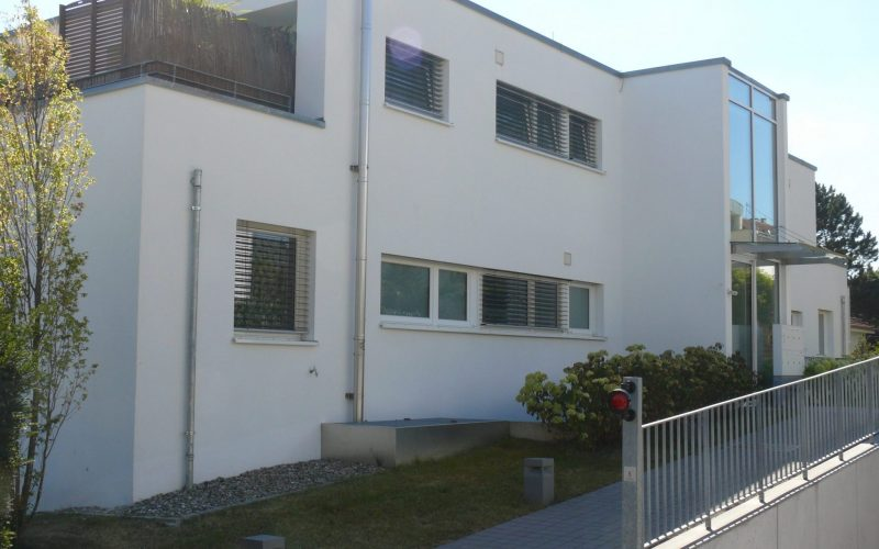 Modernes Wohnen: 4 Zi-EG-Wohnung mit Balkon und 2 TG-Stellplätze
