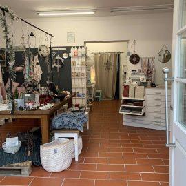 Hereinspaziert-Blick von der Eingangstuere in den Laden