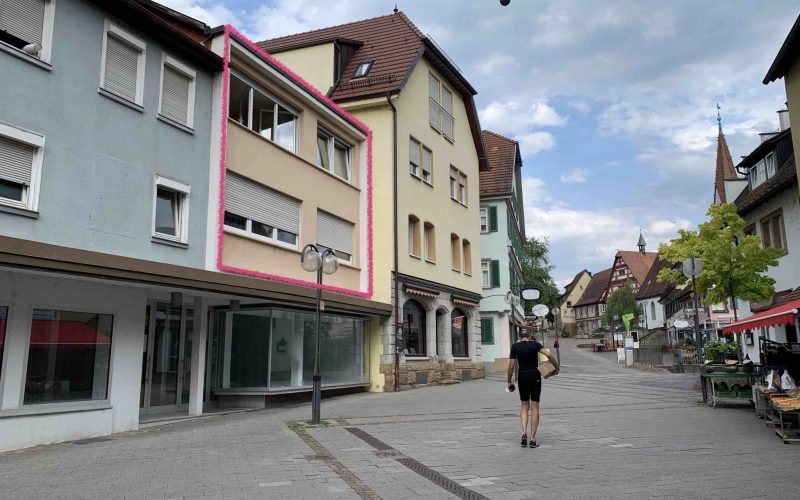 Zwei Wohngeschosse + Bühnenraum, getrennt oder als Maisonette-Wohnung / Sanierungsbedarf / Stellplatz / FREI