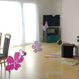 Wohnzimmer mit Glasschiebetüre zum Flur