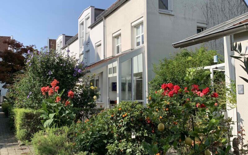 Stadthaus mit Flair, eingewachsener Garten, Terrasse, Balkon, 2 TG-Stellplätze, verkehrsfreie Lage