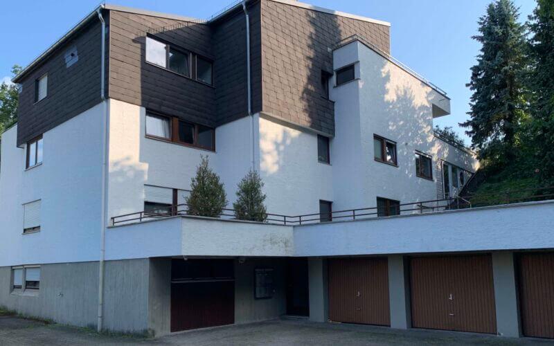 Erstbezug nach Sanierung 3-Zi-Wohnung im 2.OG mit großem Balkon,  neue EBK / ruhige Lage mit Grünblick / Einzelgarage